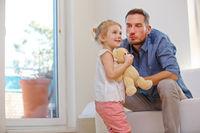 Vater und Tochter mit Kuscheltier