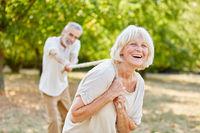 Senioren beim Tauziehen mit Seil