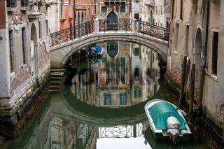Beschauliche Szene in einem der kleinen Kanäle in der Altstadt von Venedig