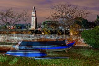 Boote in Burano, Venedig, bei Nacht