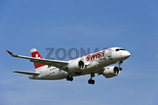 Flugzeug Bombardier A220-100 der Fluggesellschaft Swiss International Air Lines im Anflug auf den Flughafen Genf