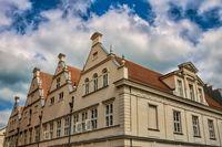 güstrow, deutschland - 07.06.2019 - seitenfassade am alten rathaus