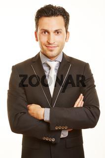 Lächelnder Geschäftsmann mit verschränkten Armen