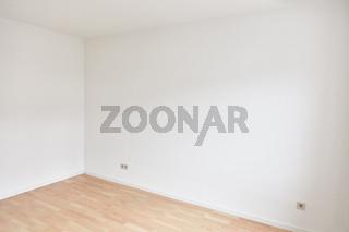 Ecke an zwei Wänden in einem leeren Raum vor dem Einziehen