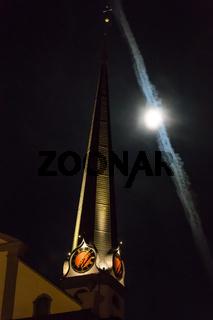 Kirchturm mit Mond und Kondensstreifen