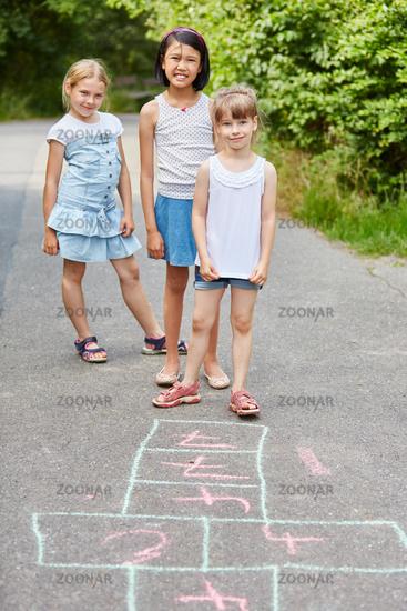 Kinder spielen Hüpfspiel im Kindergarten