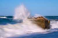 Bunkerreste an der Küste der Ostsee an einem stürmischen Tag