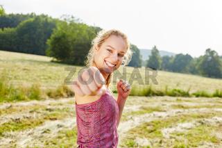Frau macht Faust beim Boxen als Workout