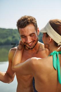 Glückliches Paar im Sommer am See