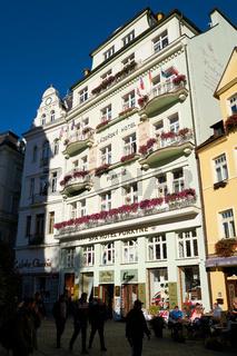 Einkaufsstraße mit Geschäften in Karlovy Vary
