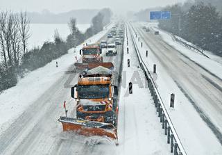 Schneeräumfahrzeuge auf der Autobahn