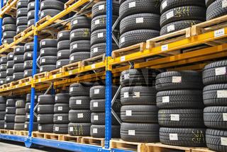 Hochregal in einem Reifenlager