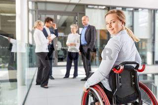 Geschäftsfrau als Rollstuhlfahrer für Inklusion Konzept