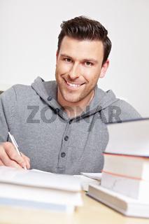 Fleißiger Student beim Lernen