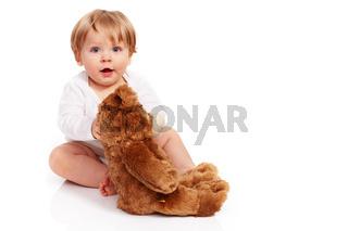 Kleiner Junge knuddelt mit seinen Teddy