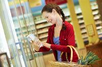 Frau mit Tiefkühlkost im Supermarkt