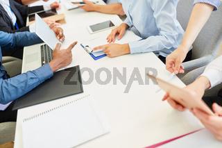 Business Leute diskutieren Projekte