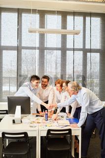 Kreatives Startup Business Team beim Handschlag