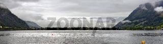 Panorama des Zeller Sees mit tiefhängender Wolkendecke am frühen Morgen