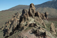 Roques de Garcia, lava rock formations, behind them the Pico del Teide, 3718m, Parque Nacional de las Cañadas del Teide, Teide National Park, UNESCO World Heritage Site, Tenerife, Canary Islands, Spain, Europe