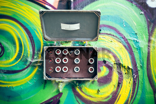 Bunte Wand mit Sicherungskasten