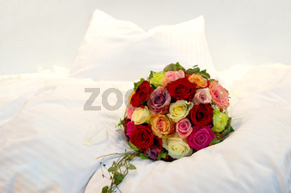 Brautstrauß auf einem Bett Bridal Bouquet on a bed