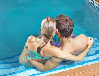 Paar von hinten im Schwimmbad