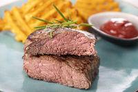 gegrilltes Steak mit frischen Kartoffelgittern