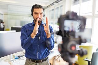 Berater beim Lehrvideo aufnehmen für online Seminar