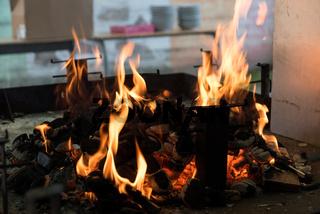 Glut und Flamme eines lodernden Grillfeuers - Grillkohle