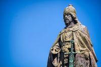 güstrow, deutschland - 07.06.2019 - statue von heinrich borwin am gleichnamigen brunnen