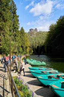 Touristen am Bootsverleih am Amselsee in Rathen