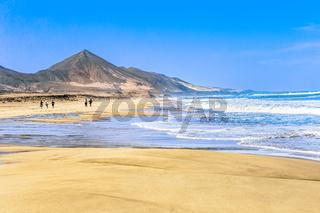 Playa de Cofete auf der kanarischen Insel Fuerteventura mit Sandstrand und Brandung