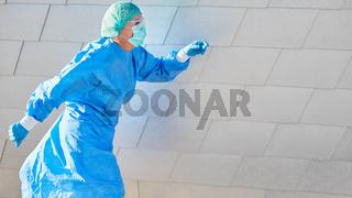 Ärztin in Bereitschaft eilt zu Notfall wegen Coronavirus Pandemie