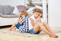 Geschwister schweigen nach dem Streiten