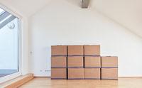 Umzugskartons in Dachgeschoss nach Umzug in neue Wohnung