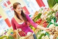 Frau kauft Gemüse im Supermarkt