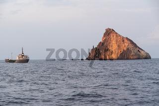 Blick bei einer Schifffahrt auf Fels im Tyrrhenischen Meer - Kalabrien
