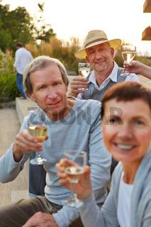 Senioren feiern Geburtstag mit Sekt