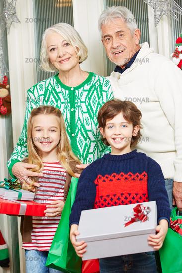 Großeltern mit Enkeln zu Weihnachten