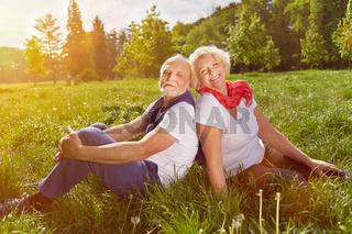 Paar Senioren im Urlaub in der Natur