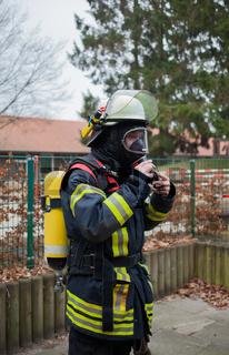 Feuerwehrmann legt seine Atemschutzausrüstung an