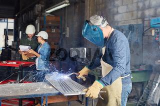 Schweißer als Arbeiter in Metallfabrik