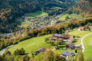 Blick hinunter nach Ramsau, Berchtesgaden im Herbst, Deutschland
