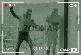 Einbrecher schlagen Scheibe ein auf Überwachungskamera