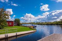 Kanal und Bootshaus an der Warnow in der Hansestadt Rostock