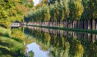 Kanal mit Alleebäumen im Schlosspark von Laxenburg an einem sonnigen Herbsttag