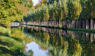 Kanal mit Alleebäumen im Schlosspark von Laxenburg