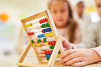 Schüler lernen rechnen in Grundschule mit Abakus
