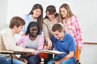 Gruppe Schüler bei Nachhilfe